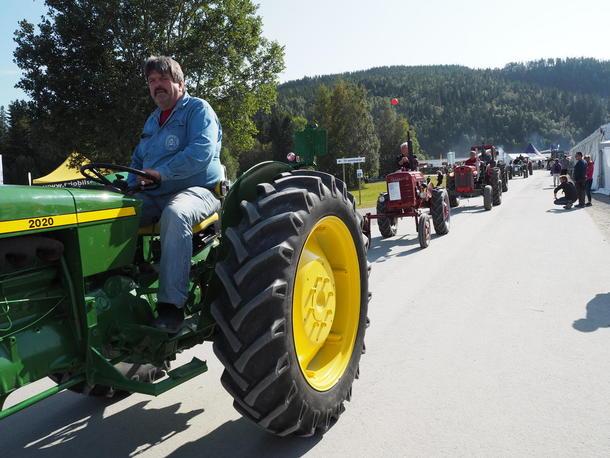 En kortesje av eldre traktorer ble stolt framvist i strålende sol på søndagen.