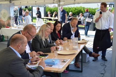 Bondelagskokk Nils Henning Nesje serverte politikerne nydelige smaker med basis i vestlandsk fjordfe.