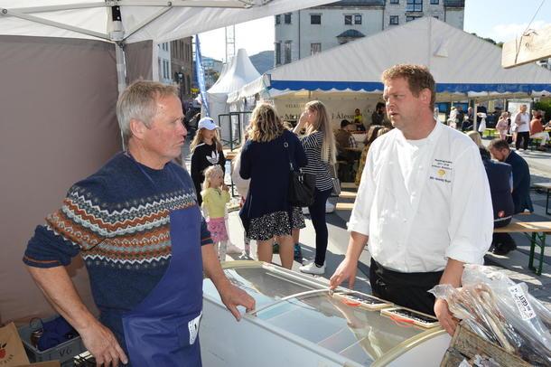 Bondens Marked var godt representert på Matfestivalen i Ålesund. Her Petter Melchior fra Melchiorgarden i Norddal (og styremedlem i M&R Bondelag) i samtale med Bondelagskokk Nils Henning Nesje.