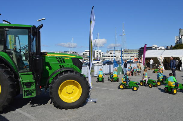 Felleskjøpet stilte med både store og små traktorer på Matfestivalen, til gleder for de besøkende.