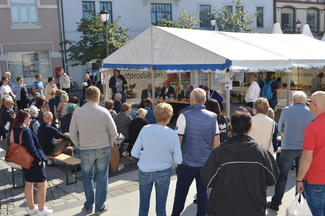 Folk stoppet opp på St. Olavs plass og lyttet til debatten.