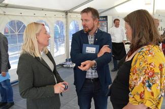 2. kandidat for Høyre, Marianne Synnes, Ålesund (t.v.) i samtale med fylkesleder Oddvar Mikkelsen og nestleder Gunnhild Overvoll i Møre og Romsdal Bondelag.