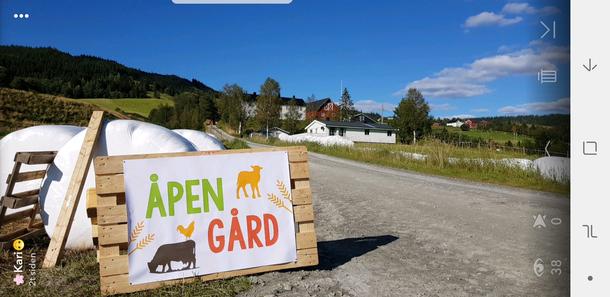 Åpen Gård logo i oppkjørsla til gården