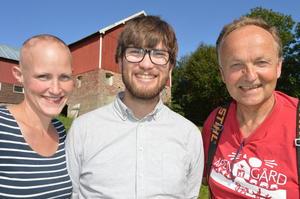 Førstekandidat for Miljøpartiet De Grønne (MDG), Lage Nøst (i midten) på gårdsbesøk hos Øystein Solli på Hjelset. Til venstre leder i Molde Bondelag, Kjersti Ellingsgård (Foto: Arnar Lyche)