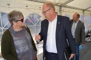 Tidligere nestleder i Møre og Romsdal Bondelag, Birgit Oline Kjerstad, i samtale med stortingsrepresentant Pål Farstad (V). Bak stortingskandidat Steinar Reiten (KrF). (Foto: Arild Erlien).