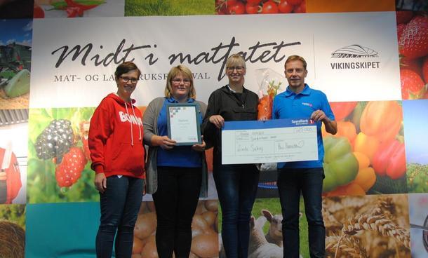 Linda Suleng fikk overrakt prisen av f.v. Astrid Simengård i Oppland Bondelag, fjorårets vinner Louise Gjør fra Stange og Håvard Bjørgen i Sparebanken 1 Østlandet.