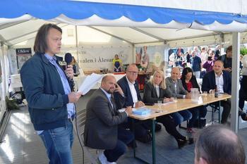 Øyvind Havåg (t.v.) fortalte om familieprosjektet Norges Matfat til 2. kandidat for Senterpartiet, Geir Inge Lien, Vestnes, stortingsrepresentant og 1. kandidat for Venstre, Pål Farstad, Kristiansund, 2. kandidat for Høyre, Marianne Synnes, Ålesund, 1. kandidat for Kristelig Folkeparti, Steinar Reiten, Averøy, stortingsrepresentant og 1. kandidat for Arbeiderpartiet, Else-May Botten, Molde og landbruksminister og 2. kandidat for Fremskrittspartiet, Jon Georg Dale, Volda (Foto: Arild Erlien).