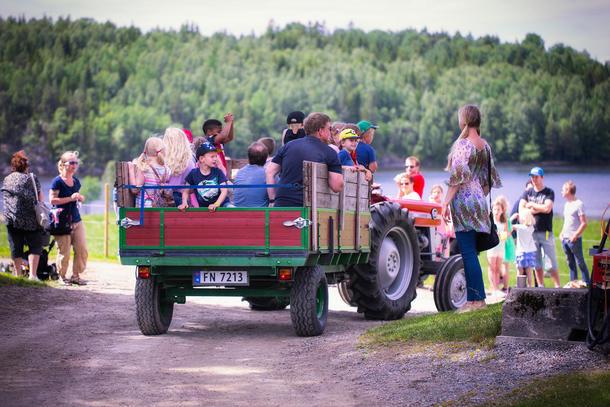 Alle får sitte på når traktoren prøves på Aremark.
