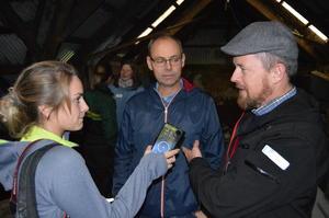 Fylkeslederne Oddvar Mikkelsen (t.h.) og Sigurd Enger blir intervjuet av journalist fra Volda.