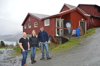 Fra venstre: Tore Våde, og Hege Eline og Tormod Slåttelid i tunet på et brattlendt Vestlandsbruk.