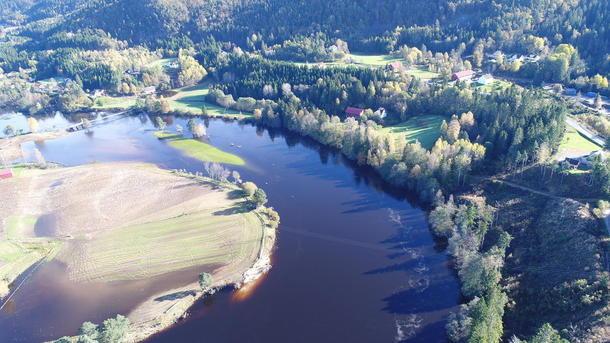 Dronebilde av Rugslandsbroa. Her renska elva med seg over 80 mål med matjord, og erstatta det med grus og stein. Foto: Harald Rugsland
