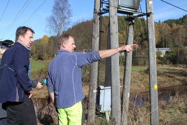 Halvor Bjerland viser Lars Petter Bartnes kvar elva tok vegen sist helg.