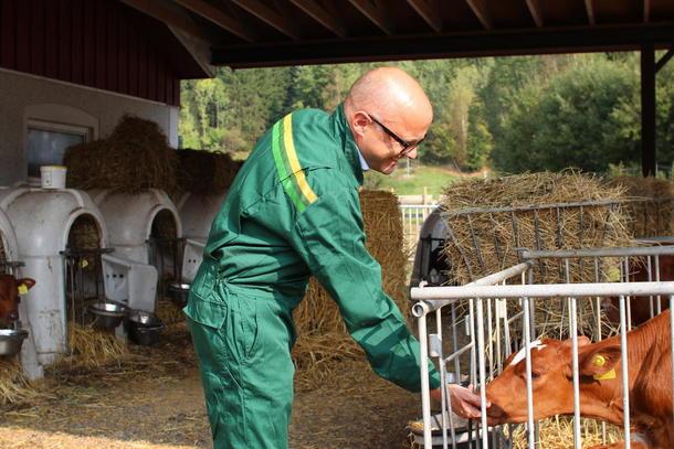 Klima- og miljøminister Vidar Helgesen på gårdsbesøk for å se på klimaløsninger i landbruket