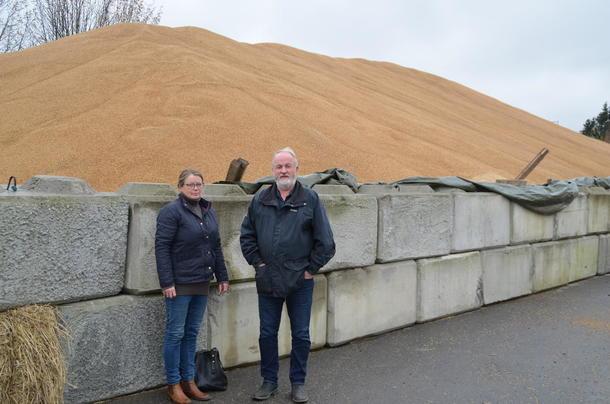 Styremedlem Bjørnhild Kihle og fylkesleder Trond Ellingsbø ved midlertidig kornlager på Lena.