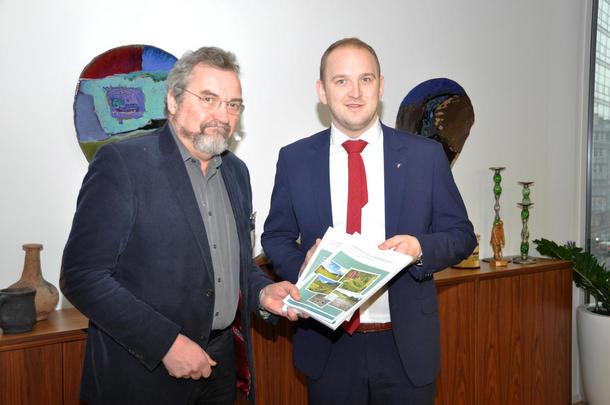 Jon Georg Dale får overlevert rapporten Landbruk og klimaendringer.