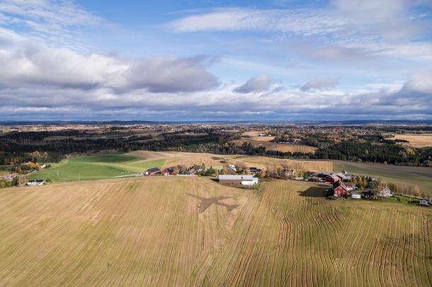 Kunstner: Asbjørn Dahle og Ole Henry Stokker Tittel: Raskere enn sin egen skygge II Teknikk: Stubbharv og John Deere traktor. Foto: Anders Valde / LANDART