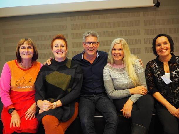 Anne Huitfeldt, Laila Lochert, Sigmund Kveli, Live Skinnes og Kari Åker sitter på scenekanten