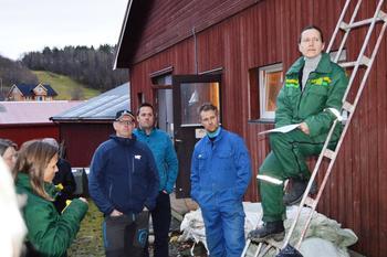 Fra høyre: Guro Aarnes (i stigen) og Finn Erling Vold orienterte om gardsdrifta