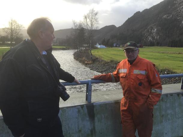 Oddvar Skjærpe (t.h) fortel  Svein Guldal i Norges bondelag om arbeidet med å få på plass den nye brua i Rusdal.