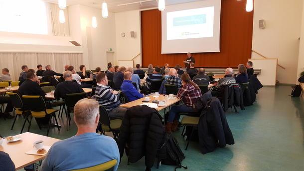 80 kornbønder hører Trond Ellingsbø under åpningen av gårsdagens fagssamling om korntørker og lagring. Foto: Ola Råbøl
