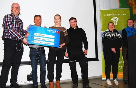 Erling Aas-Eng fra Hedmark Bondelag og Håvard Bjørgen fra Sparebank 1 Østlandet delte ut innovasjonspris til elever fra Jønsberg videregående skole.