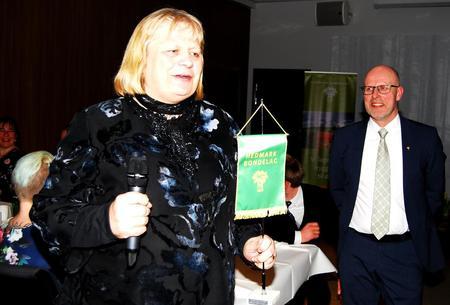 Nes og Helgøya Bondelag ble årets lokallag. Hedmark Bondelags leder Erling Aas-Eng delte ut prisen til lokallagsleder Mari Gjestvang