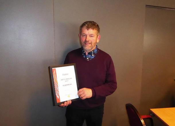 Olav Botnevik med diplomet for årets lokallag