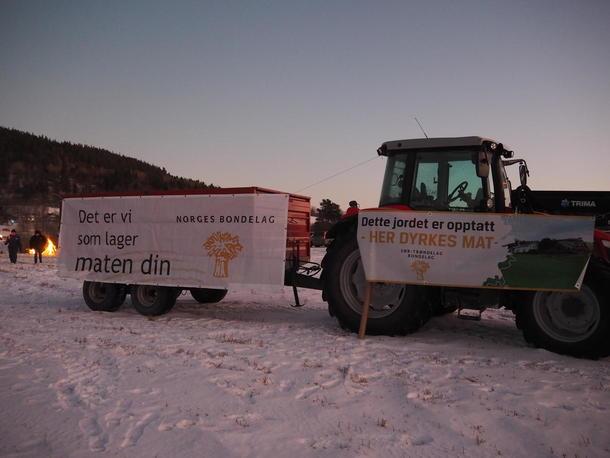Traktor med banner - dette jordet er opptatt fordi det dyrkes mat her