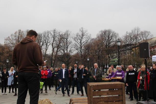 Bondelagsleder Lars Petter Bartnes holder appell foran Stortinget under politikerfrokosten 2018