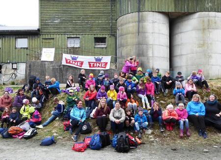 Alle fjerdeklassingane i Fusa på gardsbesøk på Strandvik Mjølk