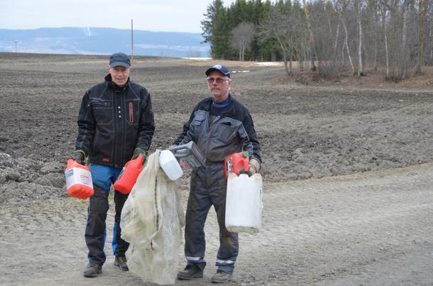 Einar Stensrud fra Gjøvik og Jens Kihle fra Østre Toten med fangsten etter en liten tur langs stranda.