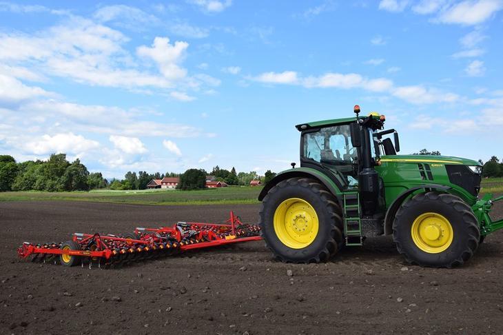 Traktor med såmaskin