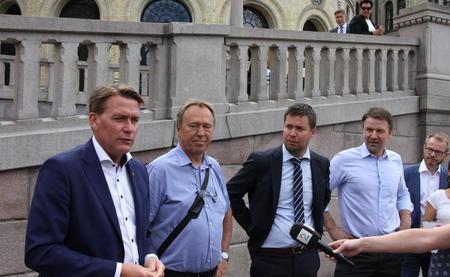 Fra venstre: Kårstein Eidem Løvaas (H), Jam-Egil Pettersen (NNN), Geir Pollestad (Sp) og Lars Petter Bartnes, leder i Bondelaget.