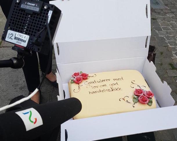 Lov om god handelsskikk feires med marsipankake utenfor Stortinget, 28. mai 2018.