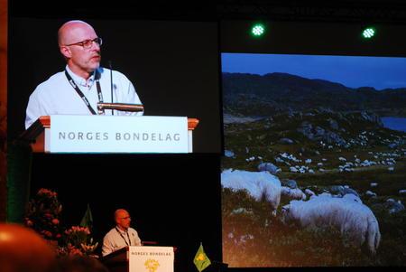 Erling Aas-Eng, leder i Hedmark Bondelag, utfordret Jon Georg Dale på inntektsutvikling på Norges Bondelags årsmøte 06.06.18