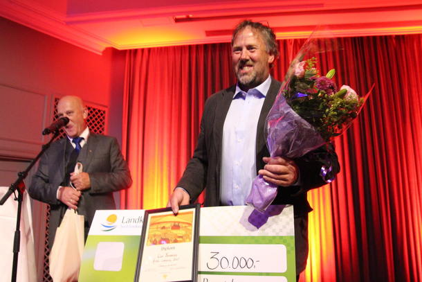 Wiggo Andersen tok imot prisen på 30 000 kroner da Lier Bondelag ble kåret til Årets Lokallag 2017