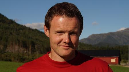 Førsteslåtten er godt i gang for Tor Arne Herstad i Naustdal.