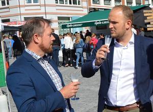 Fylkesleder i Møre og Romsdal Bondelag, Oddvar Mikkelsen (t.v.) og landbruksminister Jon Georg Dale på Matfestivalen i Ålesund i august 2017.