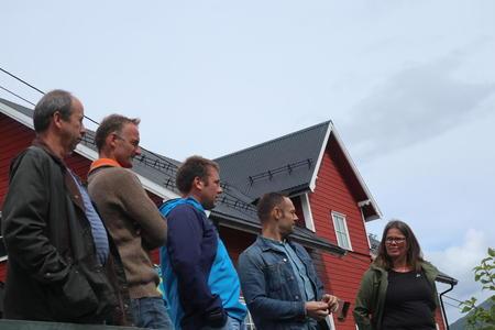 Sauefjøsen i bakgrunnen. F.v. Arne Øvreås, Anders Felde, Olav Einan, Torgeir Knag Fylkesnes og Vibeke Johnsen