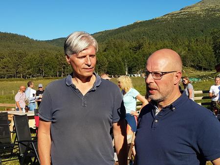 Klima- og miljøminister Ola Elvestuen og leder i Hedmark Bondelag Erling Aas-Eng i Nord-Østerdal i sommer i forbindelse med de ekstreme sauetapene der.