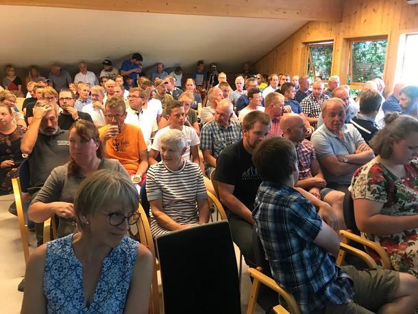 Minst 150 bønder var på plass på informasjonsmøte om fôrsituasjonen på Hvam i Akershus tirsdag kveld.