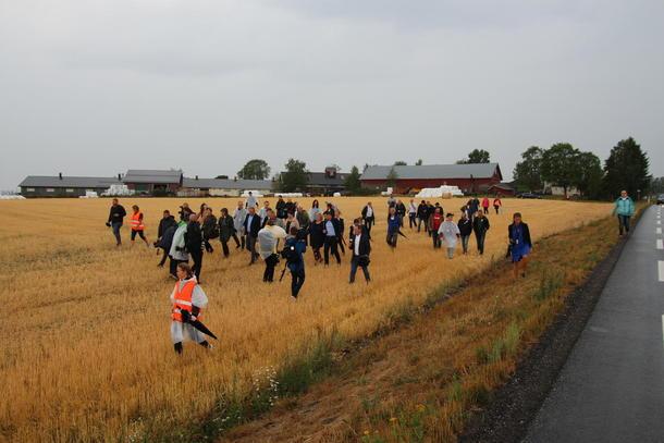 Stort oppmøte da Bondelaget inviterte statsministeren på gårdsbesøk for å se konsekvensene av den tørre sommeren.