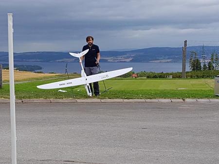 Max Pircher viser fram hybrid-drone-flyet Hugin og Munin som er ute og innhenter informasjon om jordart/tilstand osv.