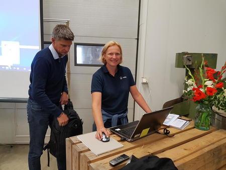 Erik Lagethon fra Oppland Fylkeskommune og Annbjørg Kristoffersen fra NBIO Apelsvoll tester teknologien før foredragsholderne kommer.