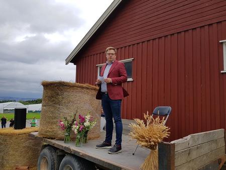 Fylkesordfører Even Aleksander Hagen åpnet inspirasjonsdagen med fokus på hvor viktig landbruket er og hvor viktig det er å bygge kunnskap og nettverk.