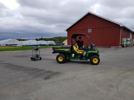 Håvard Lindgård lokker med seg roboten rundt på tunet. Framtida vil vise om vi kan få flere små kjøredoninger rundt om på jordene, noen førerløse, men presise på hvor de skal kjøre og hva de skal gjøre.