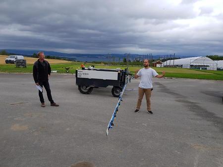 Audun Korsæth og Chouaib Harik ved Senter for presisjonsjordbruk på NIBIO Apelsvoll demonstrerer presisjonssprøyting, for anledningen med vann.