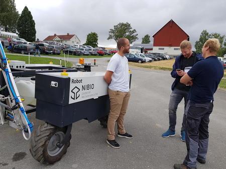 NRKs Reidar Kjæstad var fascinert over utstyret til Senter for presisjonsjordbruk.