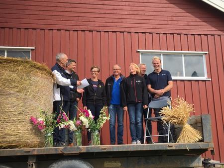 Programkomiteen for inspirasjonsdagen får en takk av programleder Ingvar Hage. Fv. Ingvar Hage, Erik Lagethon, Astrid Simengård, Harald Solberg, Annbjørg Kristoffersen, Petter Lunde og Håvard Lindgård.