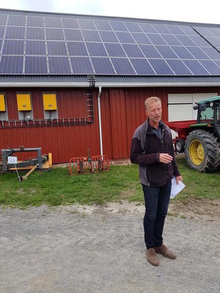 Audun Korsæth forteller om solcelleanlegget på låven på Apelsvoll og om økomiske betraktninger vi kan gjøre for solcelleinvestering på egen gard. Strømprisene framover vil gjøre dette mer interessant, tror han.
